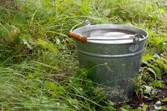 Cubeta com água da chuva Fotografia de Stock