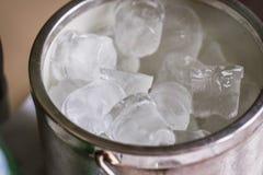 Cubeta com cubos de gelo Fotografia de Stock