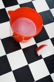 Cubeta com a escova espumosa da água e de esfrega Fotografia de Stock