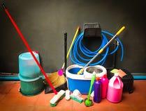 cubeta com espanador, equipamento da limpeza, serviço da limpeza do escritório, espaço da cópia imagem de stock royalty free