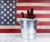 Cubeta da cerveja gelado com a bandeira dos EUA no fundo Fotografia de Stock
