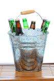 Cubeta da cerveja na tabela do Teak Foto de Stock Royalty Free