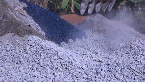 Cubeta da colher da máquina escavadora as rochas filme