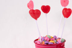 Cubeta da cor-de-rosa dos doces do Valentim Fotografia de Stock