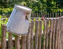 Cubeta da lata do vintage na cerca de um jardim vegetal Fotografia de Stock
