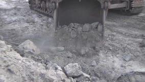 A cubeta da máquina escavadora é enchida com o minério vídeos de arquivo