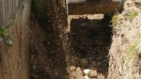 A cubeta da máquina escavadora escava a terra vídeos de arquivo