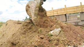 A cubeta da máquina escavadora escava a terra Movimento lento filme