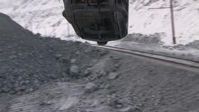 A cubeta da máquina escavadora move-se acima da estrada de ferro video estoque