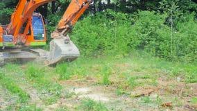 A cubeta da máquina escavadora nivelou a terra vídeos de arquivo