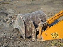 Cubeta da máquina escavadora no terreno de construção Imagem de Stock