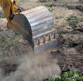 Cubeta da máquina escavadora no trabalho Foto de Stock Royalty Free
