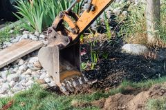 Cubeta da máquina escavadora perto da casa Foto de Stock