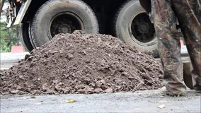 Cubeta da máquina escavadora, que nivelou a terra à vista da asfaltagem da estrada vídeos de arquivo