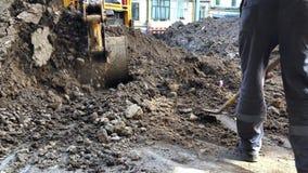 A cubeta da m?quina escavadora derrama a terra Encanamento do trabalho do reparo video estoque