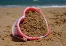 Cubeta dada forma coração do castelo de areia Fotografia de Stock Royalty Free