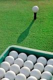 Cubeta das bolas de golfe Imagem de Stock Royalty Free