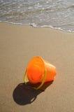 Cubeta das crianças na areia Fotos de Stock Royalty Free