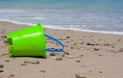 Cubeta das crianças na praia Foto de Stock Royalty Free
