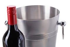 Cubeta de gelo com a garrafa do vinho isolada em um fundo branco imagens de stock royalty free
