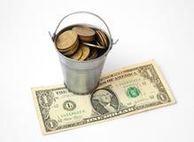 A cubeta de hryvnias ucranianos passa o valor das moedas no kyupyure de papel Imagens de Stock Royalty Free