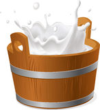 Cubeta de madeira com o respingo do leite isolado no branco - vetor Imagem de Stock Royalty Free