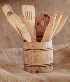 Cubeta de madeira pequena do vintage com os vários utensílios da cozinha Foto de Stock Royalty Free