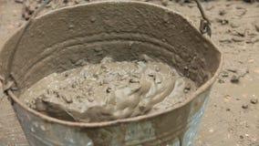 Cubeta de Pouring Cement Into do construtor video estoque