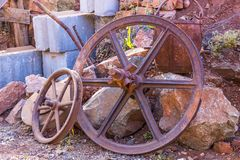 Cubeta de Rusty Pitted Wheels And Ore do vintage Imagens de Stock Royalty Free