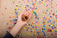 A cubeta de seixos coloridos derrama no fundo da lona Fotos de Stock