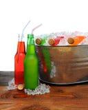 Cubeta de sodas frias na tabela de madeira Foto de Stock Royalty Free