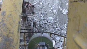 Cubeta de uma grande máquina escavadora completamente da rocha video estoque