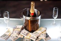 Cubeta do champanhe ao lado do dinheiro Fotografia de Stock