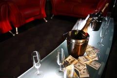 Cubeta do champanhe ao lado do dinheiro Fotos de Stock