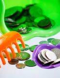 cubeta do dinheiro e da criança Foto de Stock Royalty Free