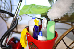 Cubeta do serviço da limpeza com fontes de limpeza Fotos de Stock Royalty Free