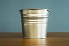 Cubeta do zinco na tabela Fotografia de Stock Royalty Free