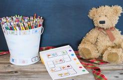 Cubeta dos lápis, urso velho Fotografia de Stock Royalty Free