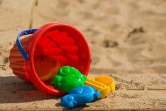 Cubeta e moldes das crianças vermelhas Imagem de Stock