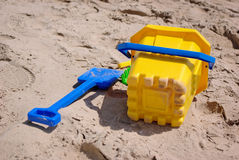 Cubeta e pá na praia Imagens de Stock Royalty Free