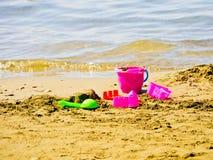 Cubeta e pá na praia Fotos de Stock