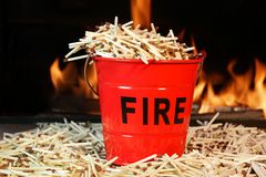 Cubeta, fósforos e chamas de fogo Imagem de Stock Royalty Free