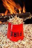 Cubeta, fósforos e chamas de fogo Fotografia de Stock Royalty Free