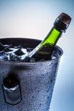 Cubeta gelado com champanhe frio Foto de Stock