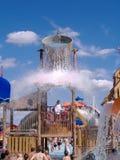 Cubeta gigante da água em derramamentos do parque da água Fotos de Stock Royalty Free