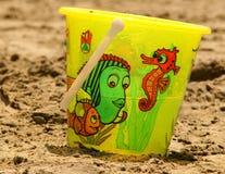 A cubeta na praia Foto de Stock