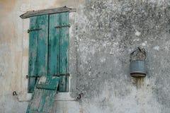 Cubeta oxidada na parede mofado fotos de stock