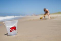Cubeta plástica na praia da areia Fotografia de Stock