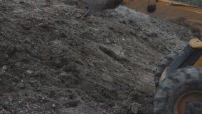 A cubeta que escava o plano geral realizou terraplenagens filme