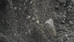 Cubeta Slowmotion da máquina escavadora que escava a pilha grande do solo e da sujeira no terreno de construção filme